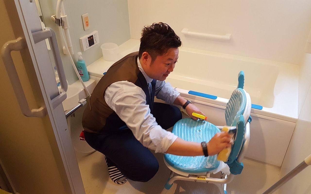 介護施設でお風呂を掃除中です。細かいところも手は抜けません