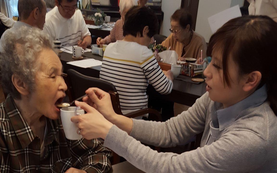 老人ホーム入居者に食事を介護させて頂いてます